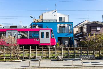 市街地を走る電車の風景