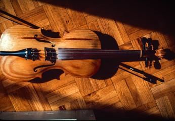 Antiguo violín sobre suelo de madera