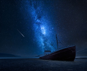 Photo sur Aluminium Naufrage Milky way over a shipwreck on the shore in Iceland