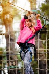 belle jeune fille dans un parc d'accrobramche