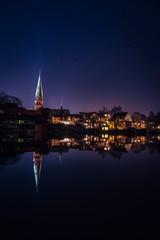 Sternenklare Nacht am Teich mit Skyline