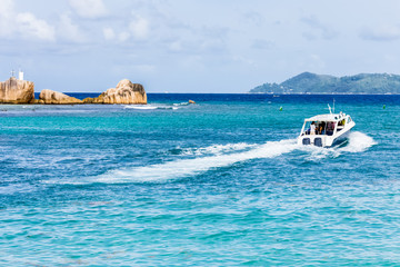 Seychelles, bateau quittant la Digue pour Praslin