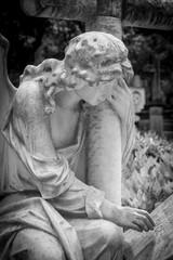 Grabfigur auf dem Cimitero Acattolico in Rom - trauernder Engel