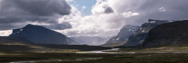 Foto auf Acrylglas Lavendel Valley and mountains at Kungsleden trail (Kings path) in northern Sweden during rain.