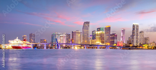 Fotomurales Miami city skyline panorama at twilight