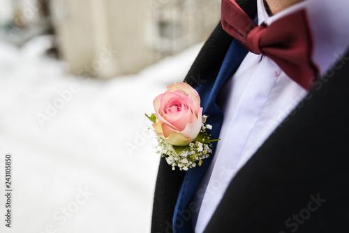 Blumenanstecker Am Revers Eines Hochzeitanzuges Des Brautigams Im