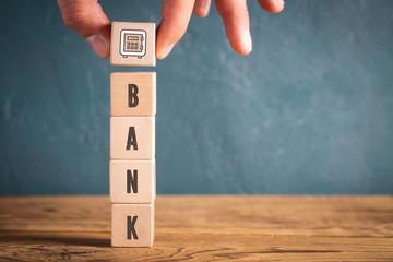 Hand stapelt Bank Komponenten als Würfel