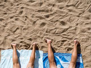 Paar beim Sonnenbad am Strand