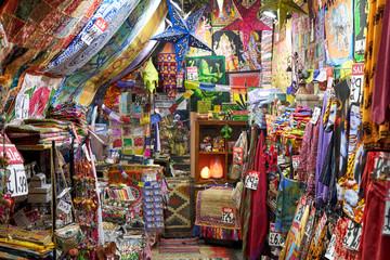 Orientalisch und indisch, bunt geschmückter Laden in Camden, London