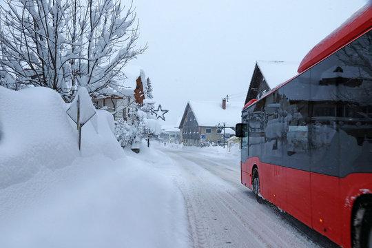 Verspätungen im öffentlichen Verkehr durch starken Schneefall. Ein Linienbus hat im Winter Schwierigkeiten auf der schneebedeckten Straße