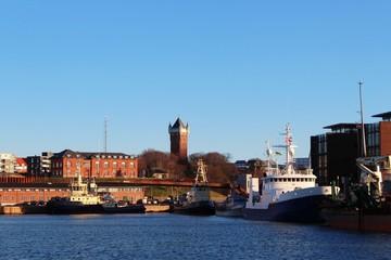 Blick auf den Hafen von Esbjerg und den historischen Wasserturm, Dänemark