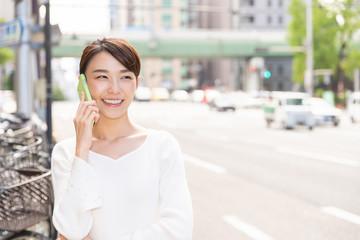笑顔の女性 電話