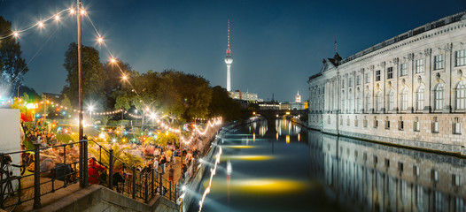 Photo sur Aluminium Berlin Berlin Strandbar party at Spree river with TV tower at night, Germany