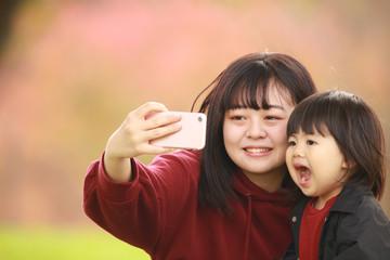 自撮りする親子