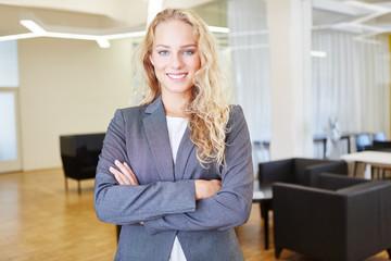Junge Frau als erfolgreiche Geschäftsfrau