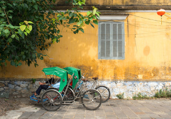 Cyclos and yellow wall in Hoi An, Vietnam シクロとホイアンの黄色い壁