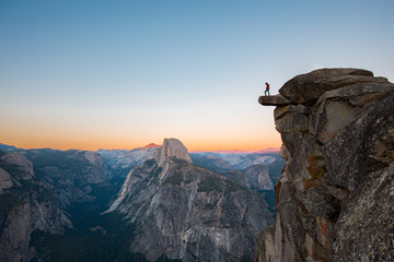 Tuinposter Centraal-Amerika Landen Hiker in Yosemite National Park, California, USA