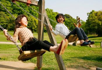 公園のブランコと子供