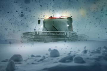Pistenraupe im Schneechaos