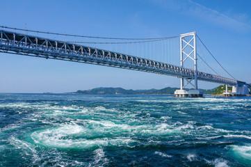 鳴門大橋と黒潮