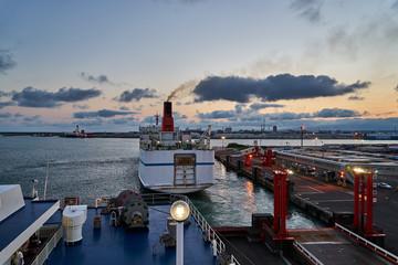 夕暮れの苫小牧西港 出航するフェリー