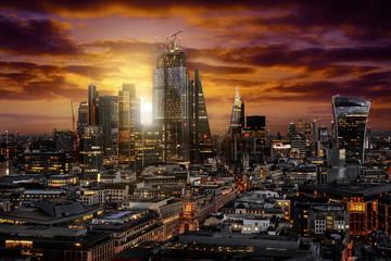 Wall Mural - Sonnenaufgang hinter der City von London mit den modernen Wolkenkratzern und Bürogebäuden, Großbritannien