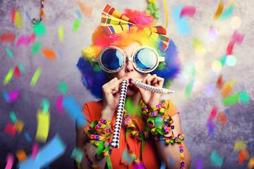 Foto op Canvas Carnaval Frau zum Fasching mit Konfetti und Tröte