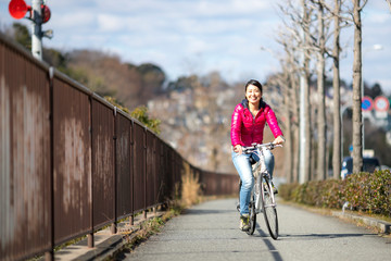 サイクリングを楽しむ女性