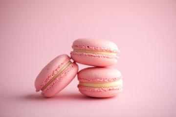 Photo sur Plexiglas Macarons Pink french cookies macarons on a pink background