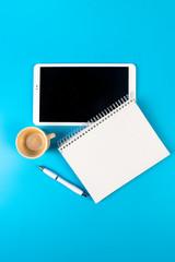prendere appunti su tablet e blocco note prendendo un caffè