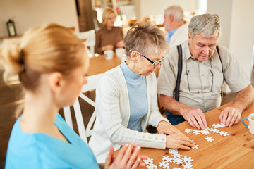 Senioren Paar beim Puzzle spielen im Altenheim