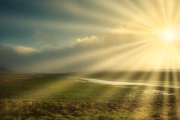 Sonnenstahlen in der Nebellandschaft Fotoväggar
