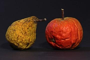 Schrumpeliger Apfel und verschrumpelte Birne