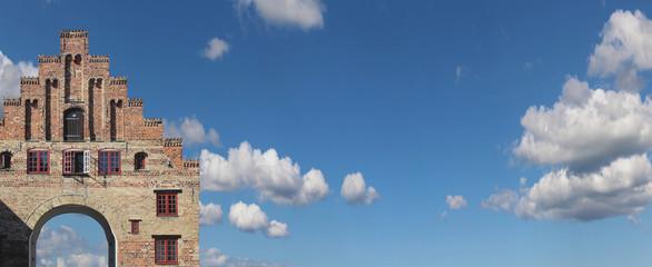 .Nordertor in Flensburg -Panorama mit viel Himmel
