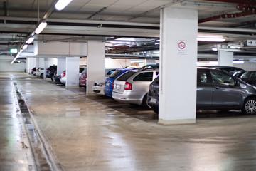 Autos parken in einer Tiefgarage