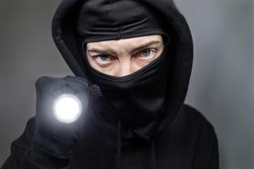 Einbrecher mit Taschenlampe
