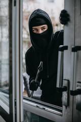 Einbrecher mit Brecheisen steigt in Fenster ein