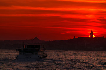 İstanbulIstanbul skyline with Galata Tower at sunset, Turkey