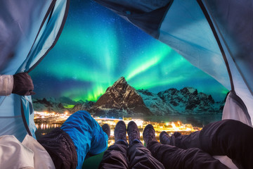 Group of climber are inside camping with aurora borealis over mountain Fototapete