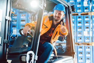 Arbeiter zeigt die Daumen hoch in Logistik Lagerhaus