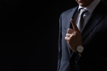 人差し指をたてるビジネスマン
