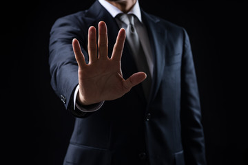 手のひらを出すビジネスマン