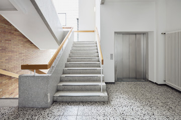 Krankenhaus mit Treppe und Aufzug als Treppenhaus mit Aufzug ohne Personen Fototapete