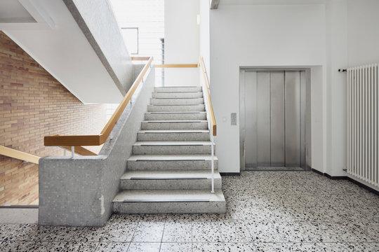 Krankenhaus mit Treppe und Aufzug als Treppenhaus mit Aufzug ohne Personen