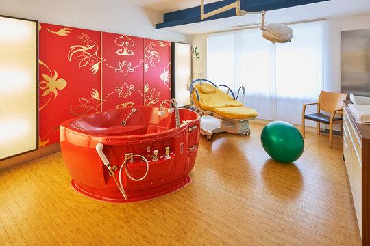 Krankenhaus mit Kreißsaal einer Station und Badewanne zur Entbindung mit Wand rot
