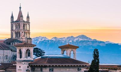 Sonnenaufgang in Lausanne mit Kathedrale und Berglandschaft
