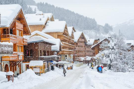 France, Savoie : Village de Meribel enneigé.