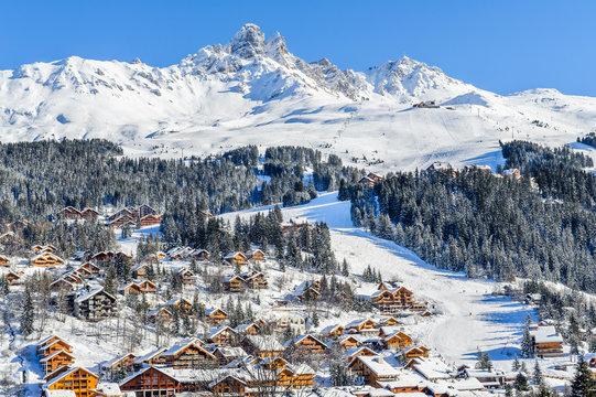 France, Savoie : Chalets de Meribel aux pieds des pistes de ski.