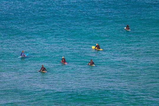Surfen am Strand von La Pared, Fuerteventura, Spanien
