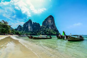 Barcas en palaya paradisiaca de Tailandia